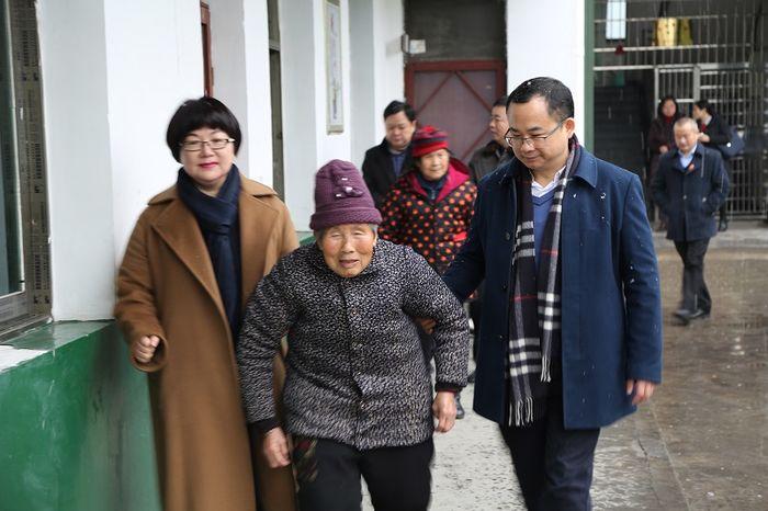 省律协李含英副会长陪同省司法厅傅莉娟副厅长前往汨罗市看望孤寡老人